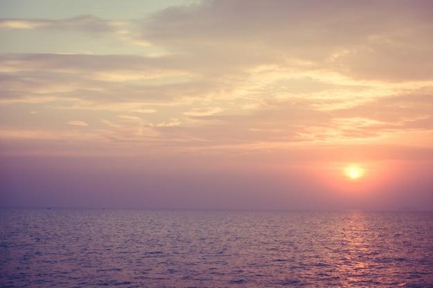 Hermosa puesta de sol en la playa y el mar Foto gratis