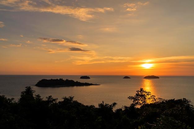Hermosa puesta de sol vista al mar, isla, paisaje marino en la provincia trad del este de tailandia Foto gratis