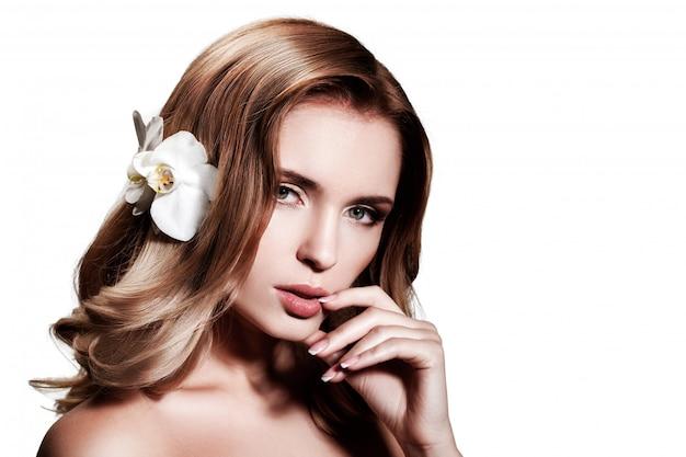 Hermosa rubia con cabello largo y ondulado. Foto Premium