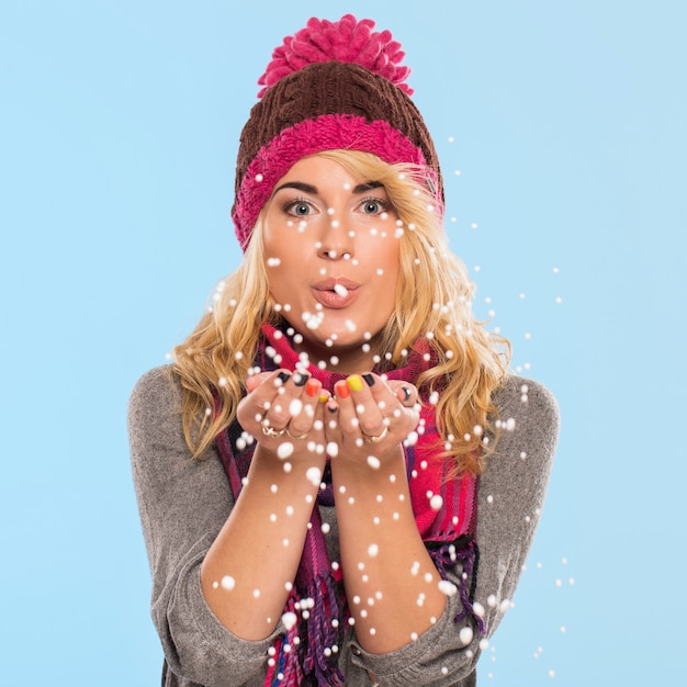 Hermosa rubia con sombrero y bufanda Foto gratis
