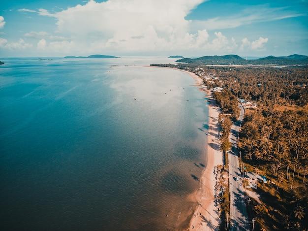 Hermosa vista aérea de playa y mar Foto gratis