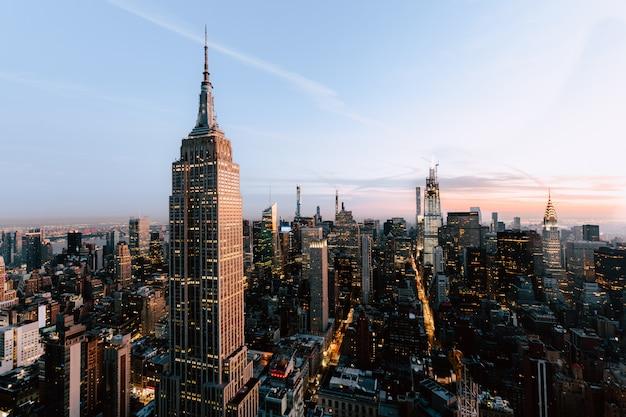 Hermosa vista de empire states y rascacielos en la ciudad de nueva york Foto gratis