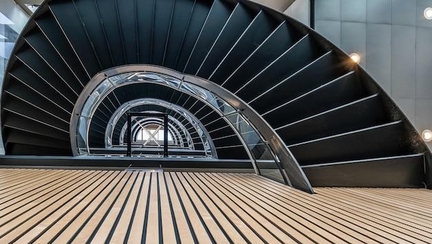 Hermosa vista de la escalera de caracol dentro del edificio Foto gratis