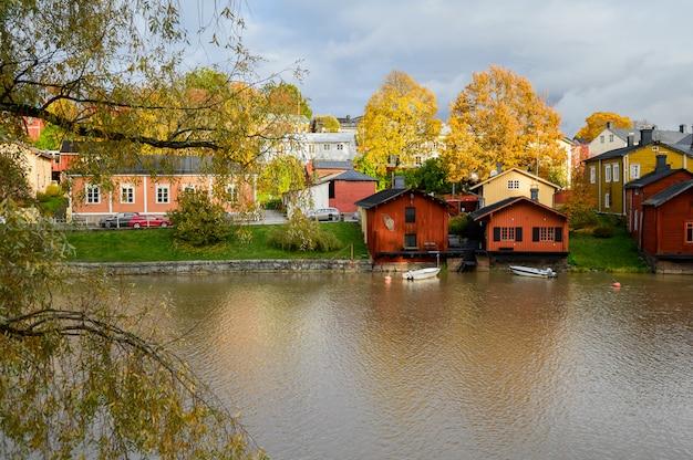 Hermosa vista otoñal del río y el casco antiguo Foto Premium
