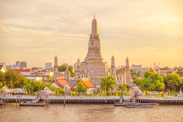 Hermosa vista del templo de wat arun al atardecer en bangkok, tailandia Foto Premium