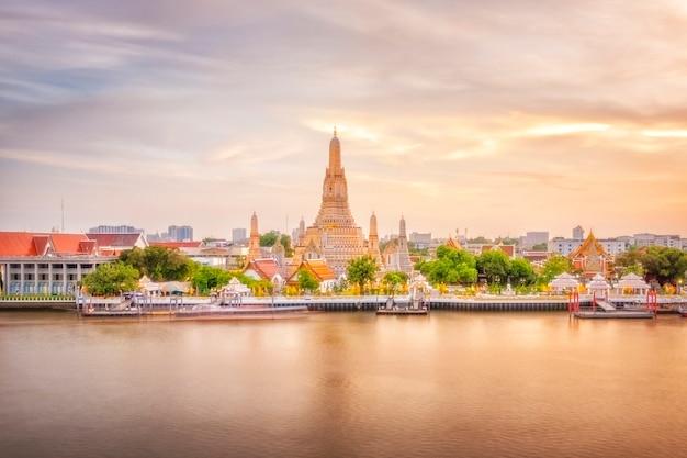 Hermosa vista del templo de wat arun en el crepúsculo en bangkok, tailandia Foto Premium