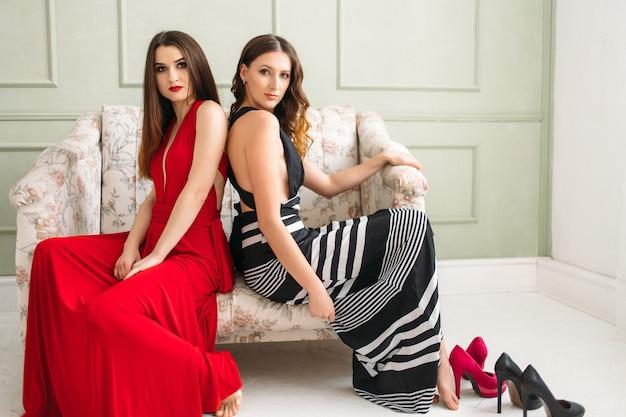 Las hermosas chicas sentadas en el sofá Foto gratis
