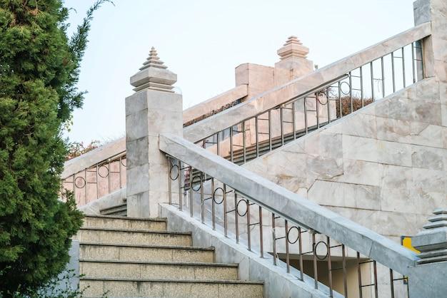 Hermosas escaleras de piedra de mármol del edificio. Foto Premium