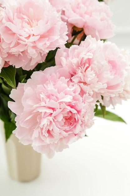 Hermosas flores frescas de peonía en un florero Foto gratis