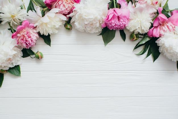 Hermosas Flores Sobre Fondo Blanco De Madera