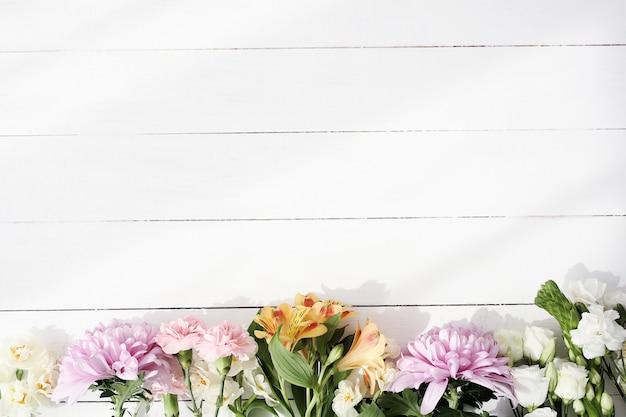 Hermosas flores sobre fondo de madera Foto gratis