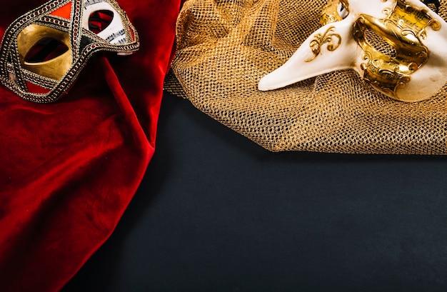 Hermosas máscaras en las piezas de ropa Foto gratis