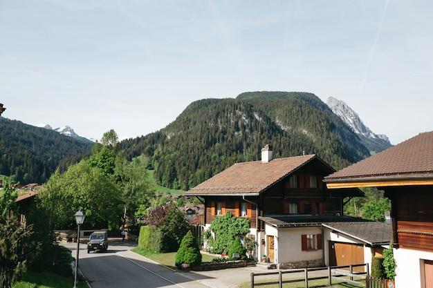 Hermosas montañas de primavera de suiza Foto gratis
