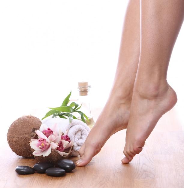 Hermosas piernas y diferentes artículos de spa. Foto gratis