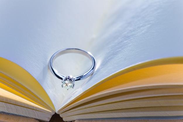 Hermoso anillo de diamantes en blanco libro abierto en tono de color ...