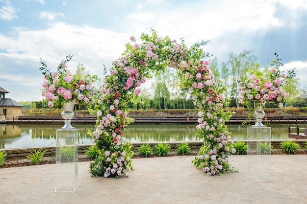 Hermoso arco floral para ceremonia de boda. Foto Premium