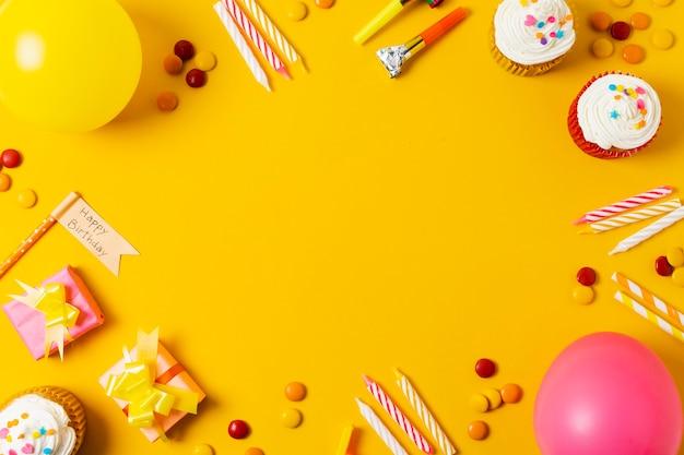 Hermoso arreglo de cumpleaños sobre fondo amarillo Foto gratis
