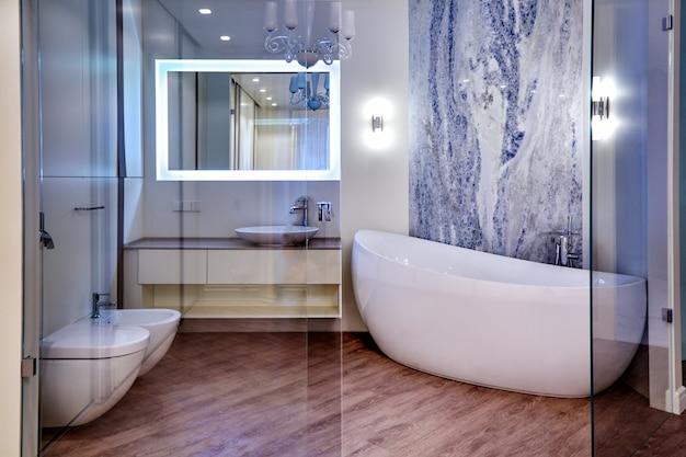 Hermoso baño moderno interiora. arquitectura de interiores Foto Premium