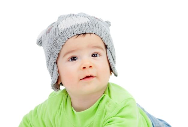 21332be59 Hermoso bebé con gorro de lana