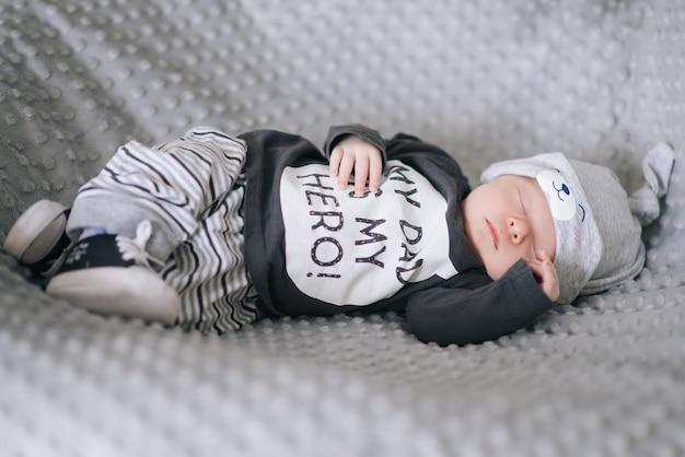 Hermoso Bebé Recién Nacido Acostado En La Cuna Foto Premium