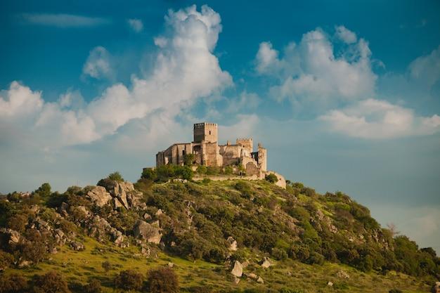 Hermoso castillo viejo español sobre una colina y un hermoso cielo Foto Premium