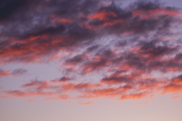 Hermoso cielo nublado rojo al atardecer Foto gratis