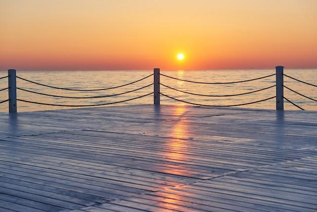 Hermoso colorido atardecer sobre el mar y el sol brilla. cielo naranja. Foto gratis