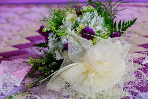 Hermoso colorido ramo de flores en una caja redonda. Foto Premium