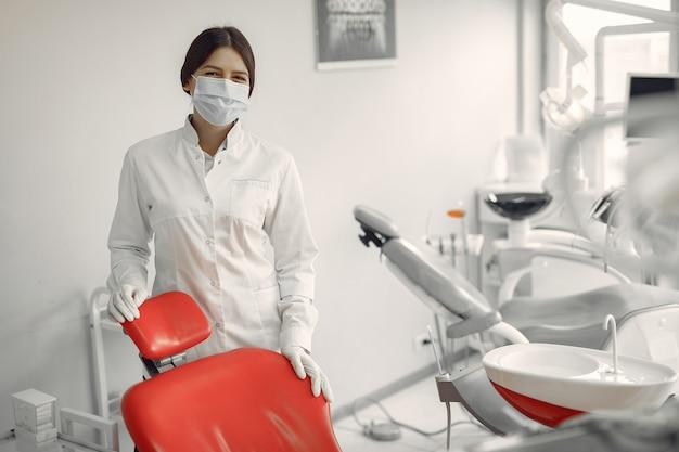 Hermoso dentista trabajando en una clínica dental Foto gratis