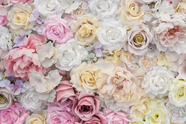 Hermoso fondo de rosas blancas y rosas. Foto gratis