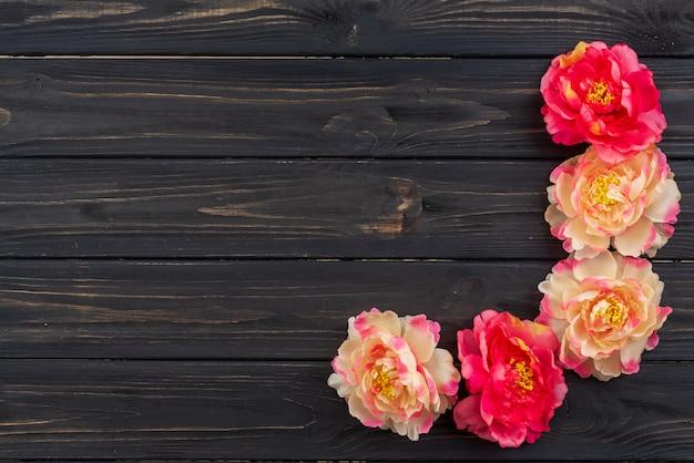 Hermoso fucsia y ramo de flores de peonía blanca en el fondo de madera oscuro Foto Premium