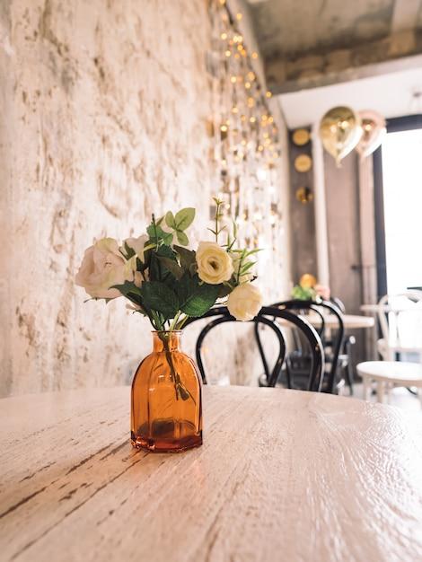 Hermoso interior con jarrón con flores y pared de vacaciones Foto Premium