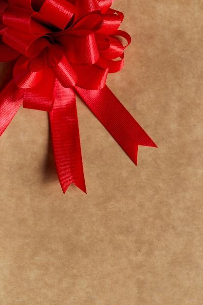 Hermoso lazo rojo sobre la mesa Foto gratis
