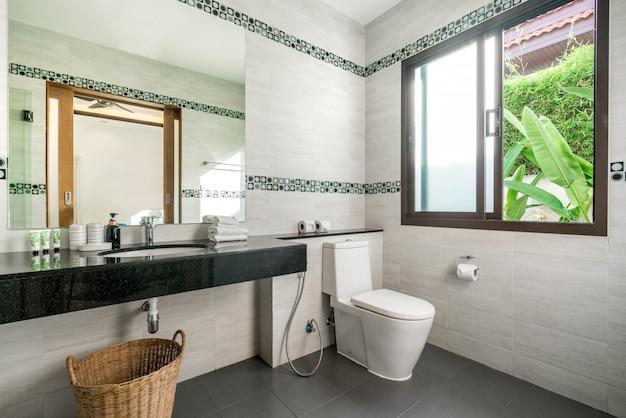 El hermoso y lujoso baño real interior cuenta con lavamanos, inodoro en la casa o edificio de la casa Foto Premium