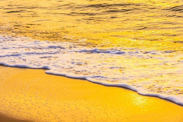 Hermoso paisaje al aire libre de mar y playa tropical al atardecer o al amanecer Foto gratis