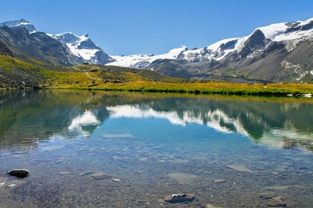 Hermoso paisaje de los alpes suizos con el lago stellisee y el reflejo de la montaña matterhorn en el agua, vistas a las montañas de verano, zermatt, suiza Foto Premium