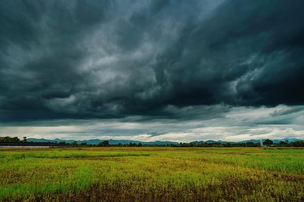 Hermoso paisaje escénico natural y nubes de tormenta y campo verde agrícola Foto Premium