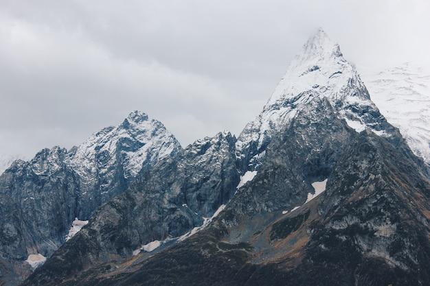 Hermoso paisaje impresionante de altas montañas y colinas en el campo Foto gratis