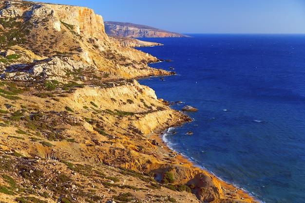 Hermoso paisaje marino. playa roja en la isla de creta. una cadena montañosa se extiende a lo largo del mar de libia. Foto Premium