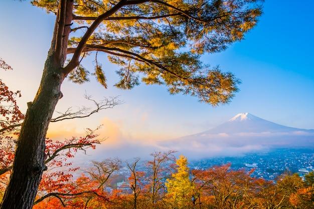 Hermoso paisaje de la montaña de fuji con chureito pagoda alrededor del árbol de la hoja de arce en la temporada de otoño Foto gratis