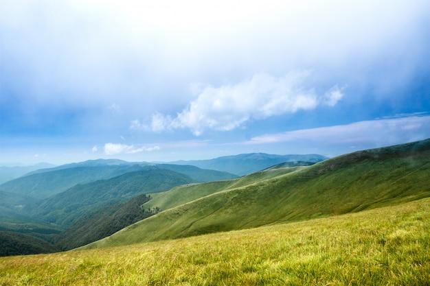 Hermoso paisaje de montañas de los cárpatos ucranianos y cielo nublado. Foto gratis