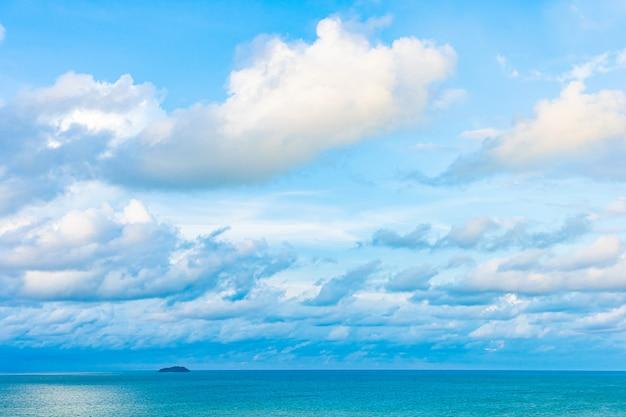 Hermoso paisaje panorámico o océano marino con nubes blancas en el cielo azul para viajes de placer en vacaciones Foto gratis