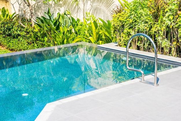 Hermoso paisaje piscina al aire libre en hotel y resort para el ocio. Foto gratis