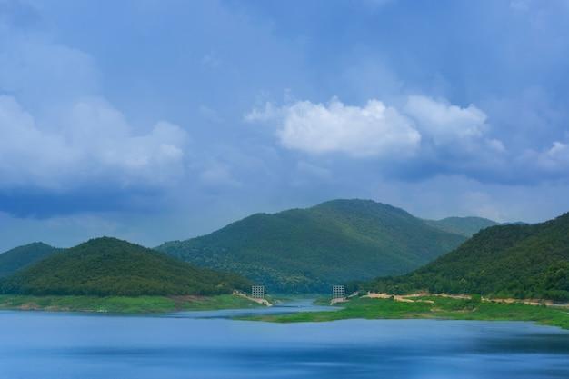 Hermoso paisaje de la presa de mae kuang en tailandia Foto Premium