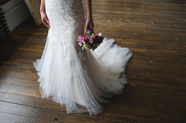 Hermoso ramo de boda en manos de la novia. Foto Premium