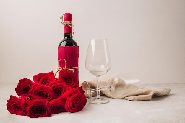 Hermoso ramo de rosas y vino. Foto gratis