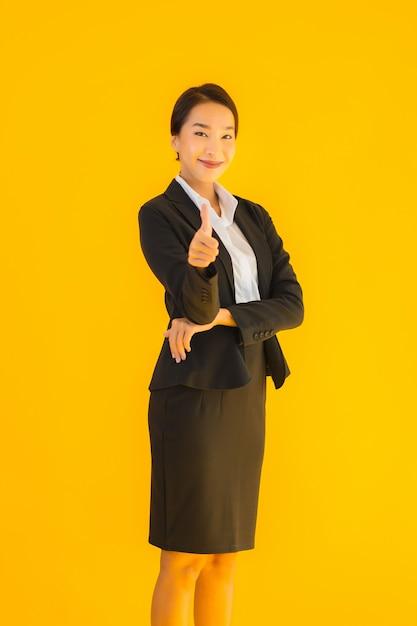 Hermoso retrato joven mujer de negocios asiática feliz sonrisa en muchas acciones Foto gratis
