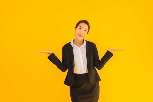 Hermoso retrato joven negocios mujer asiática feliz sonrisa Foto gratis
