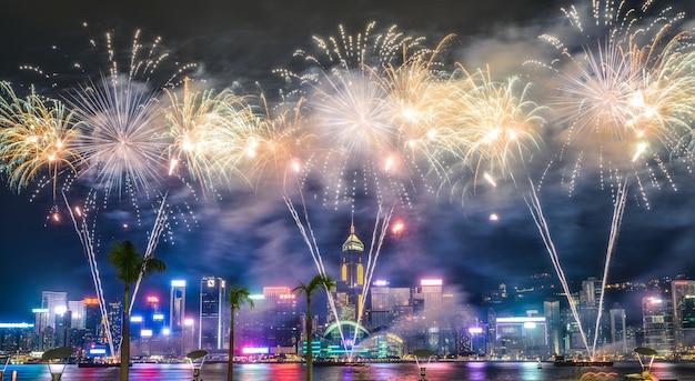 Hermoso tiro ancho de impresionantes fuegos artificiales en el cielo nocturno durante las vacaciones en la ciudad Foto gratis