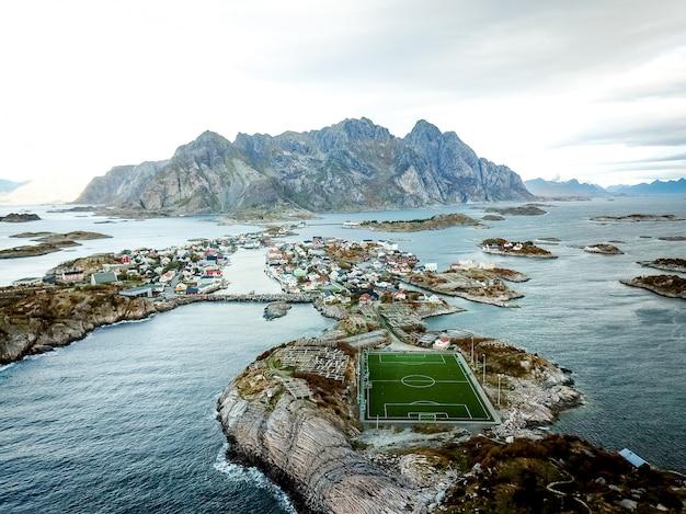 Hermoso tiro de campo de fútbol en noruega. Foto gratis